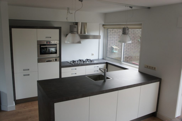 Moderne keuken met vaatwasser op werkhoogte