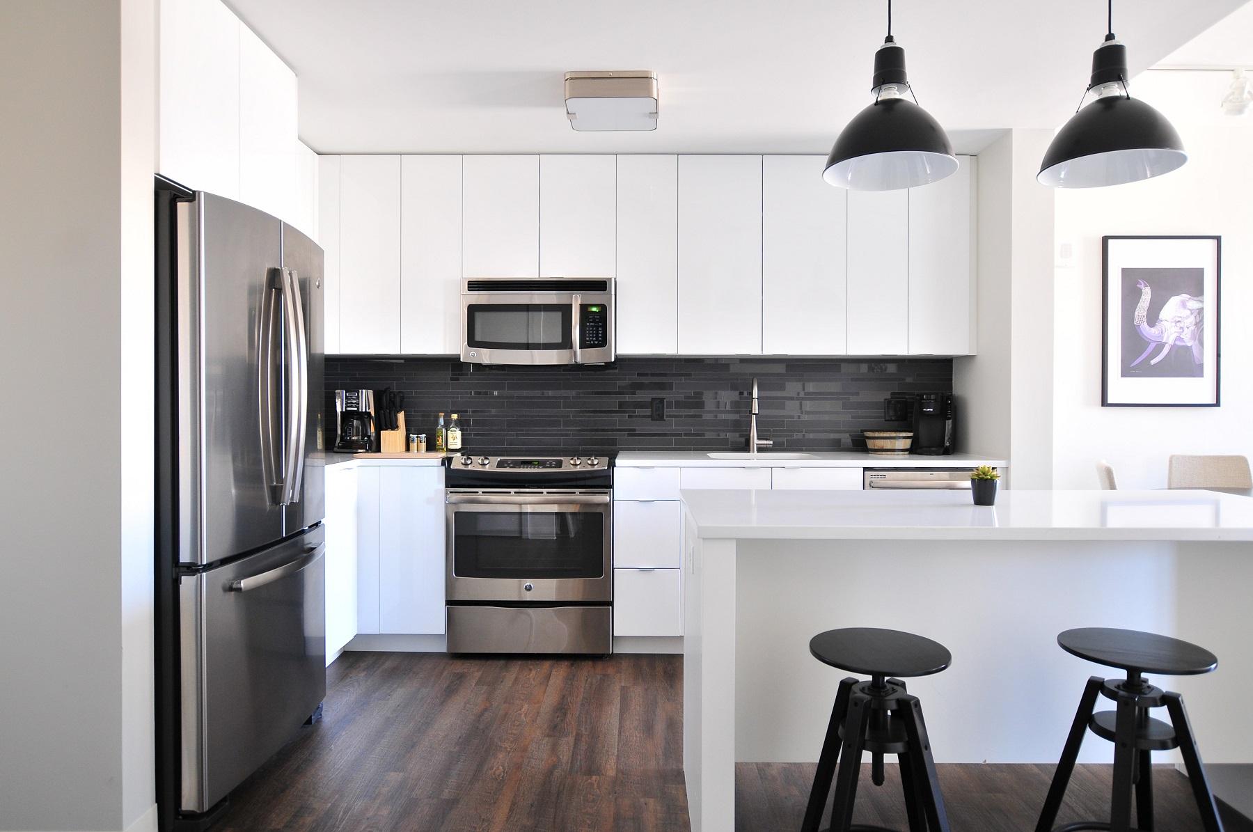 Moderne keuken met greeploze bovenkastjes